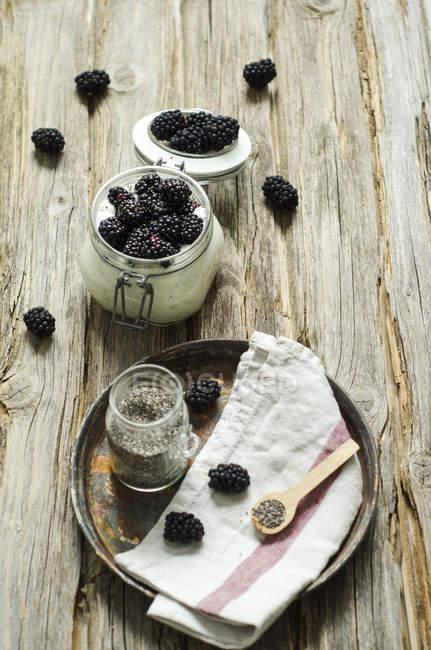 Скло Чіа пудинг з натурального йогурту і ожина по дереву — стокове фото