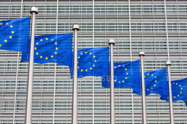 Belgien, Brüssel, Europäische Kommission, Europäische Flaggen im Berlaymont-Gebäude — Stockfoto