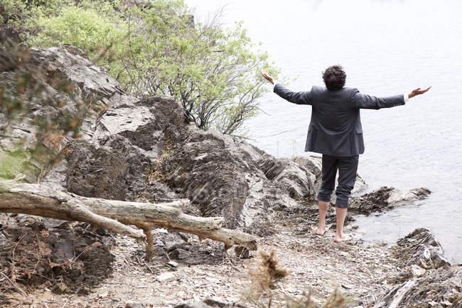 Германия, Рур водохранилище, спокойный бизнесмен на берегу озера — стоковое фото