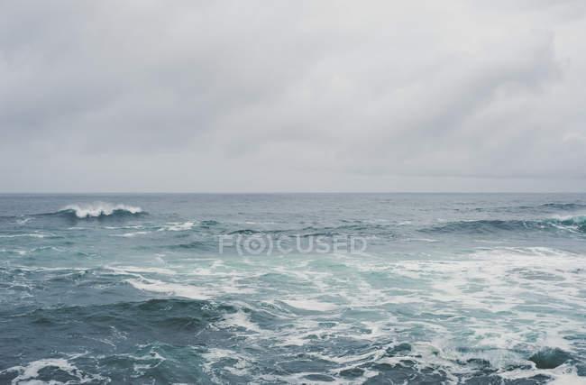 Espagne, Galice, Ferrol, mer et ciel par une journée nuageuse — Photo de stock