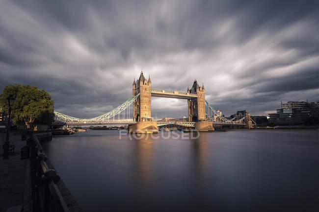 Великобритания, Лондон, вид на Тауэрский мост при свете, длительная экспозиция — стоковое фото