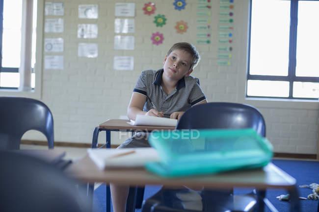 Studentessa da sola in classe pensando — Foto stock
