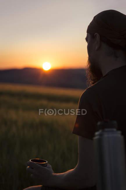 Людина, чекає на сході сонця на стороні країни — стокове фото