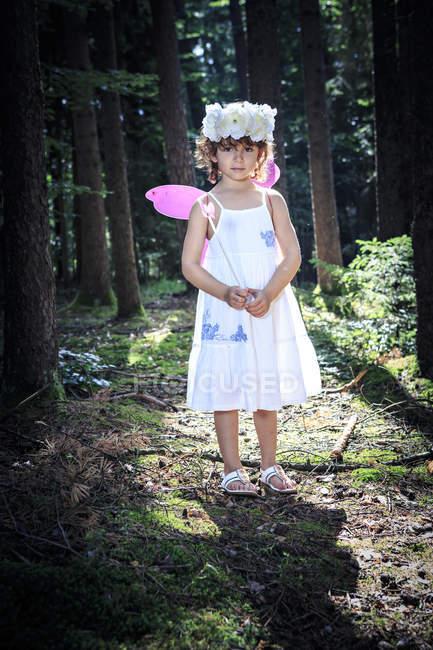 Маленька дівчинка одягнений як фея в лісі — стокове фото