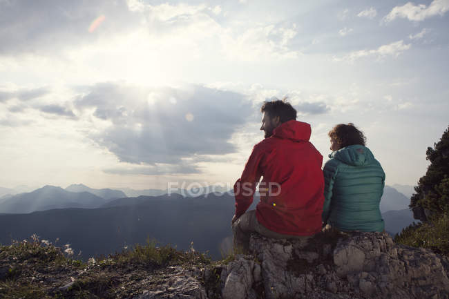 Austria, Tyrol, Unterberghorn, two hikers resting in alpine landscape — Stock Photo