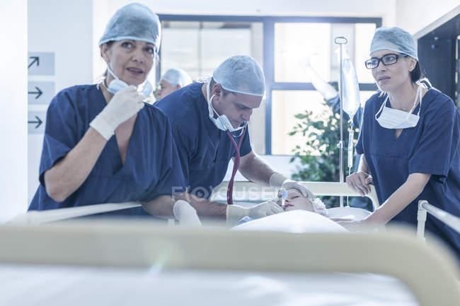 Chirurgen am Krankenhausbett mit Patienten stehen — Stockfoto