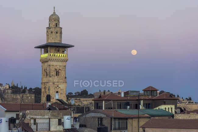 Bairro muçulmano de Israel, Jerusalém, com o minarete contra lua cheia — Fotografia de Stock
