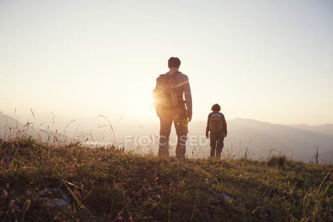 Austria, Tyrol, couple hiking at Unterberghorn at sunset — Stock Photo