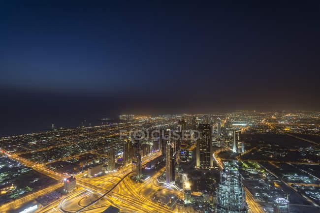 Объединенные Арабские Эмираты, Дубай, вид на шоссе шейха Зайда в ночное время — стоковое фото