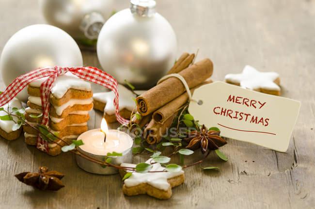 Décoration de Noël, lumière de thé allumée et pile d'étoiles de cannelle — Photo de stock