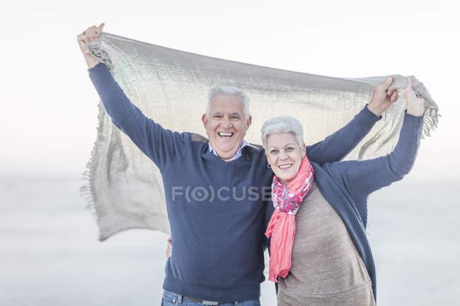 Porträt eines älteren Ehepaares am Strand — Stockfoto