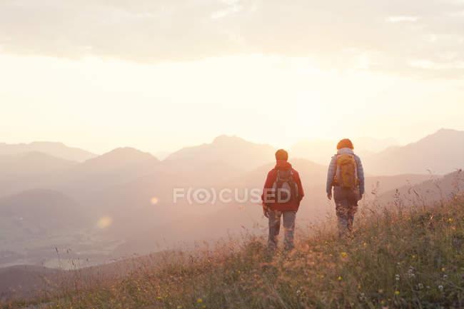 Austria, Tirolo, coppia escursioni a Unterberghorn all'alba — Foto stock