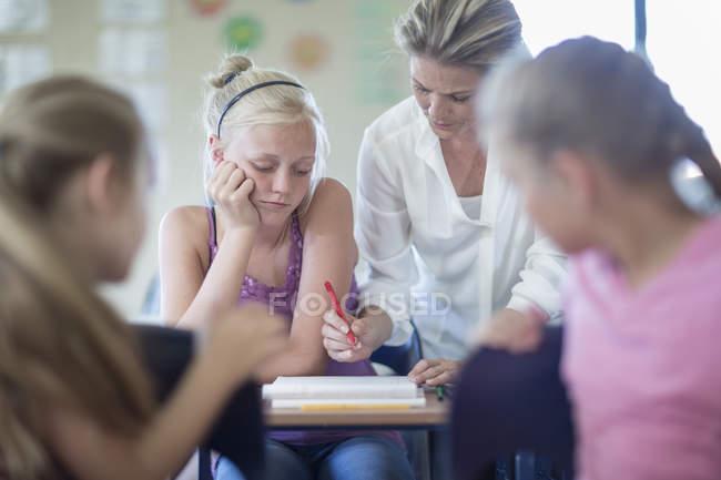 Insegnante correggere studentesse cattivo test a scuola — Foto stock