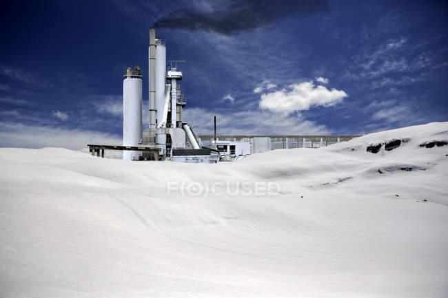 Symbolisches Bild für Ökologie und Umweltverschmutzung durch die Industrie — Stockfoto