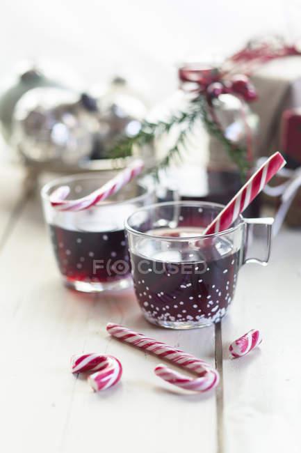 Vista de perto de vinho ruminado, bengalas doces e decoração de Natal — Fotografia de Stock