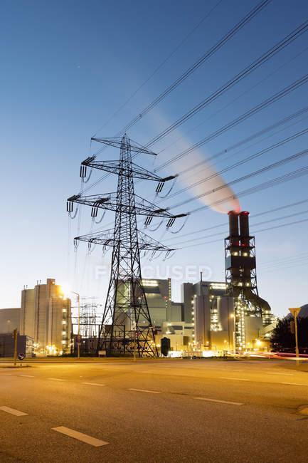 Германия, Гамбург, угольной электростанции в ночное время — стоковое фото