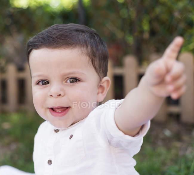 Портрет посміхаючись хлопчика, вказуючи пальцем — стокове фото