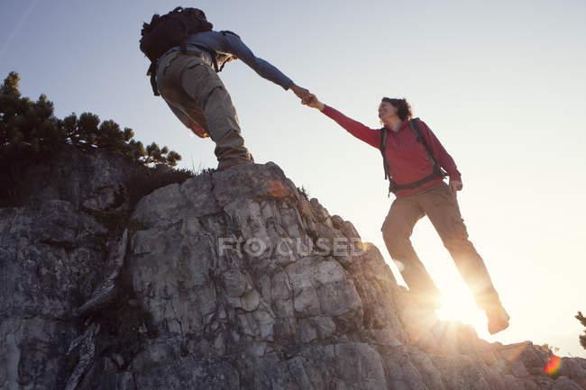 Österreich, Tirol, Unterberghorn, Mann helfende Frau auf Wanderung — Stockfoto
