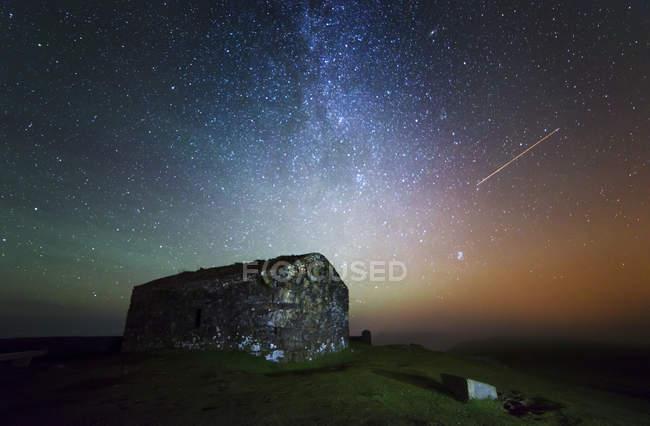 Spagna, Cedeira, Vixia Herbeira sotto il cielo stellato — Foto stock