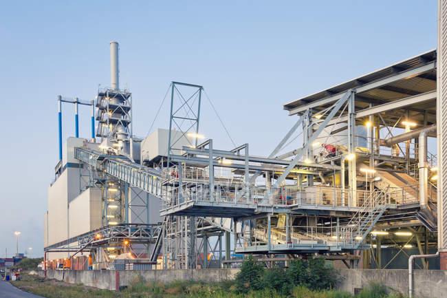 Германия, Гамбург, завод по сжиганию ила в портовом районе — стоковое фото