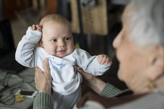 Niedliche Baby Boy lächelnd Urgroßmutter — Stockfoto