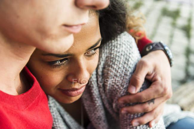 Молодая пара обнимается на улице — стоковое фото