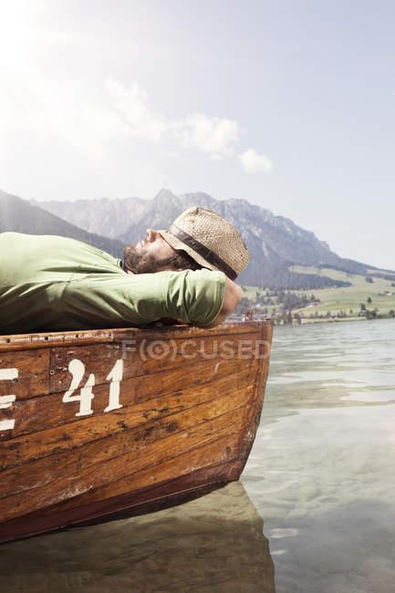 Австрия, Тироль, человек отдыхает на лодке на Вальхзее — стоковое фото