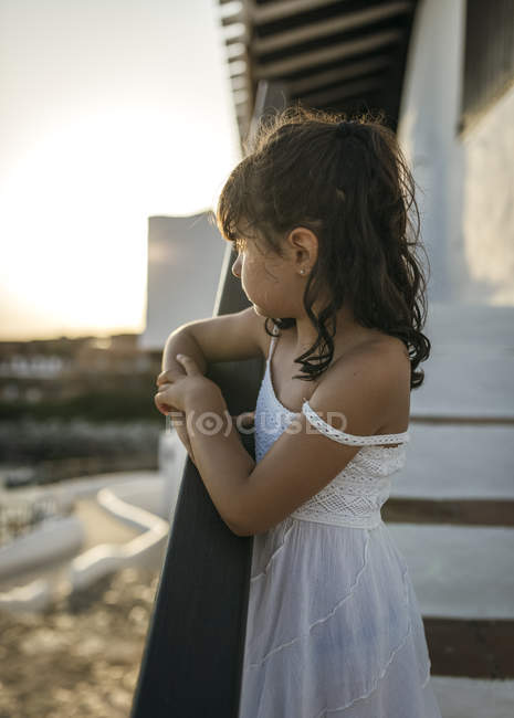 Little girl looking at distance — Stock Photo