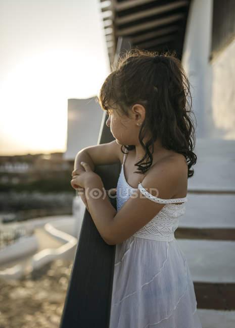 Маленькая девочка, глядя на расстоянии — стоковое фото