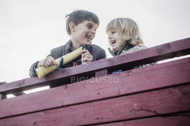 Два маленьких мальчика веселятся на детской площадке — стоковое фото