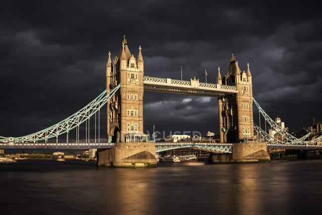 Reino Unido, Londres, vista para Tower Bridge ao pôr do sol, exposição longa — Fotografia de Stock