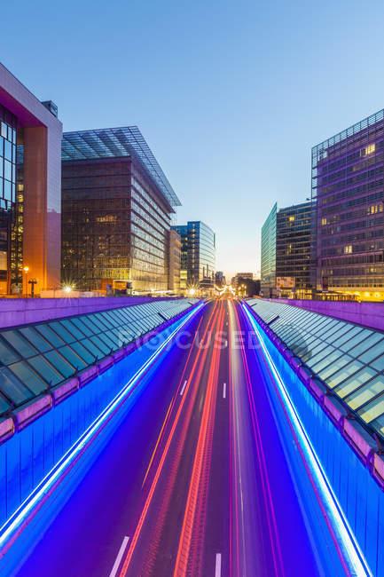 Belgique, Bruxelles, Quartier européen, Berlaymont bâtiment à droite, Rue de la Loi le soir — Photo de stock