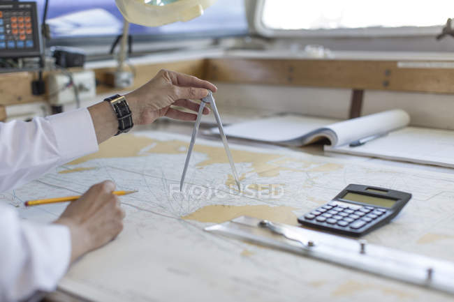 Officier de pont, travaillant sur une carte nautique — Photo de stock