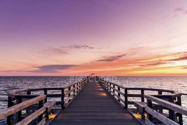 Германия, Хайлигендамм, восход солнца на пирсе — стоковое фото