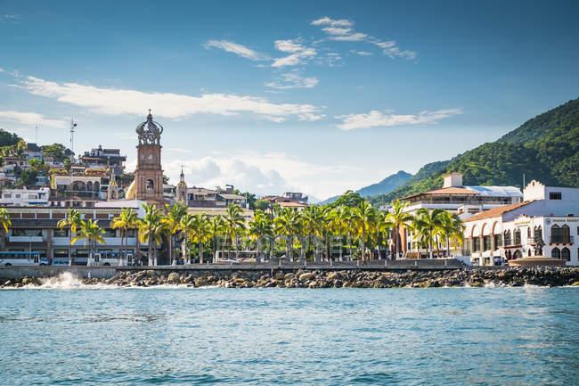Мексика, Халіско, Пуерто-Вальярта з Малекон та Церква Богоматері Гваделупі, видно з моря — стокове фото