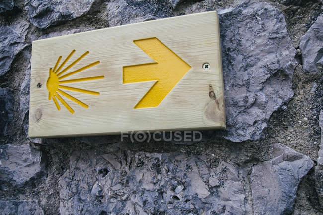 Знак дороги Сантьяго на стене — стоковое фото