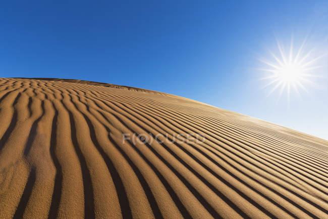 Afrika, Namibia, Wüste Namib, Namib-Naukluft-Nationalpark, Wüste Dünen gegen die Sonne — Stockfoto