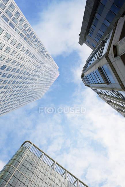 Vue de dessous de gratte-ciels dans la journée, Londres, Royaume-Uni — Photo de stock