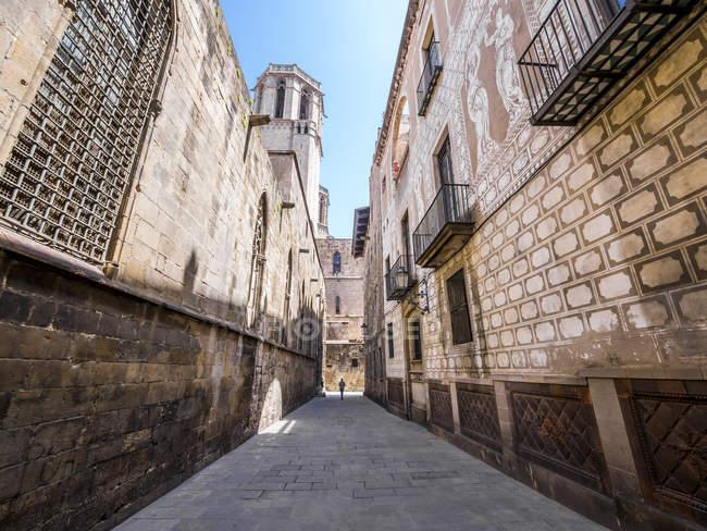 Spain, Barcelona, Carrer del Bisbe in Gothic Quarter — Stock Photo