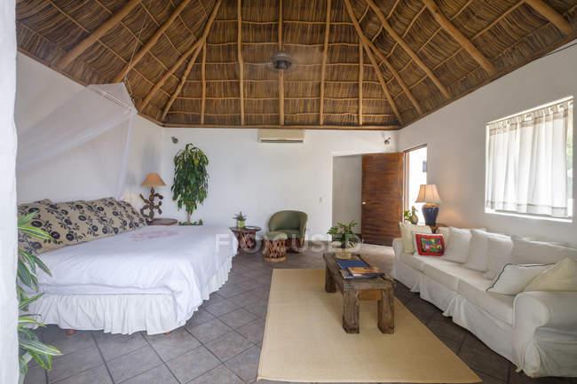 Спальня в помещении жилого дома — стоковое фото