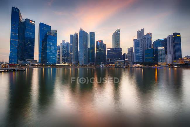 Далеких видом на затоку Марина увечері, фінансового району, Сінгапур — стокове фото