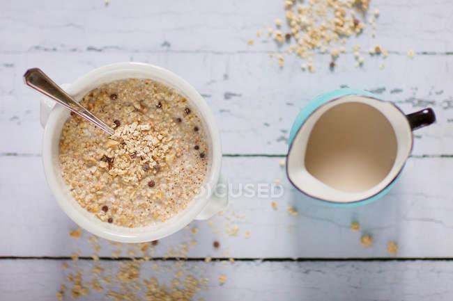 Quinoa-Frühstück, die Schüssel Müsli und Milch Krug — Stockfoto