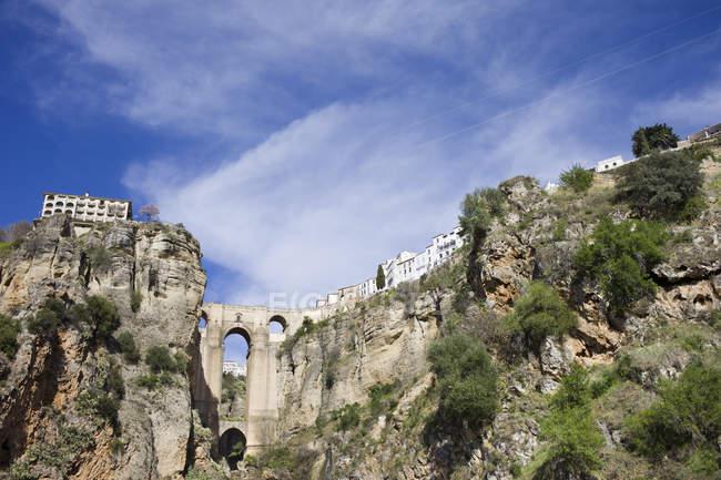 España, Andalucía, Ronda, Puente Nueve en El Tajo en acantilado durante el día - foto de stock