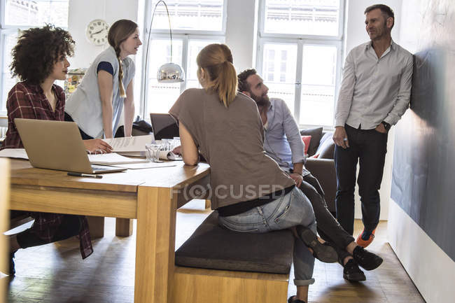 Chers collègues en exercice ayant une réunion informelle — Photo de stock