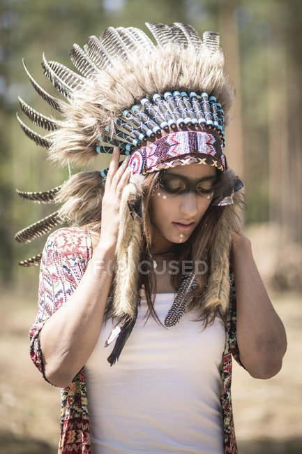 Mascarade de la jeune femme en tant qu'Indien — Photo de stock