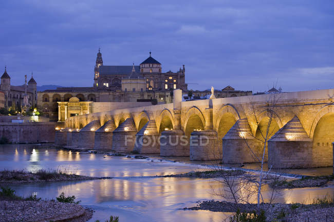 Spain, Andalusia, Cordoba, Mezquita Mosque Cathedral at dawn, Roman Bridge on Guadalquivir river — Stock Photo