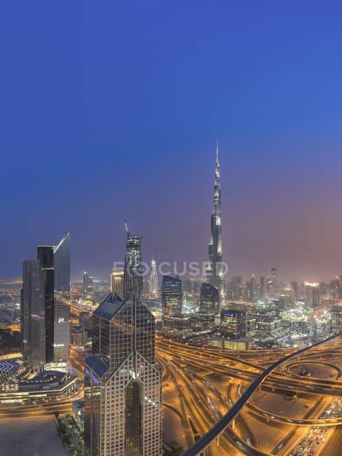 Объединенные Арабские Эмираты, Дубай, развязка на Шейх Заед роуд в сумерках — стоковое фото