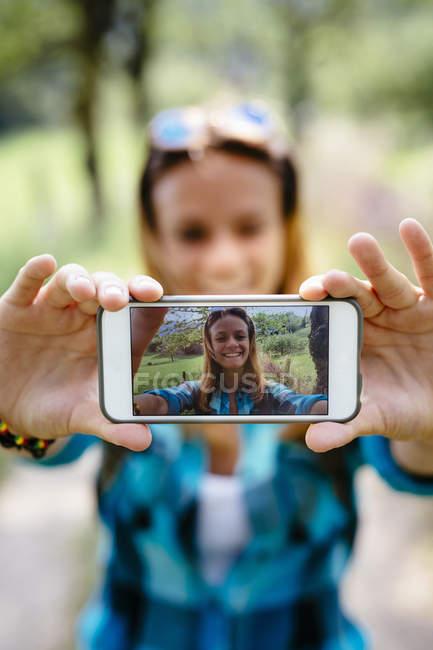 Lächelnde Teenager-Mädchen, wobei ein Selbstporträt mit smartphone — Stockfoto
