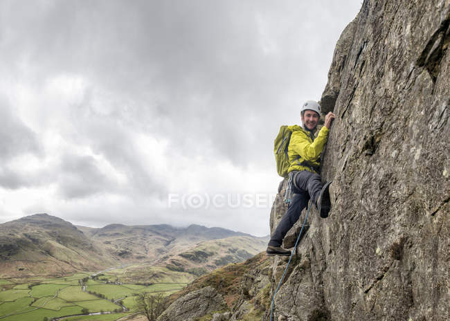 Angleterre, Cumbria, Lake District, Langdale, Raven Crag, Middlefell Buttress, climber on rock — Photo de stock