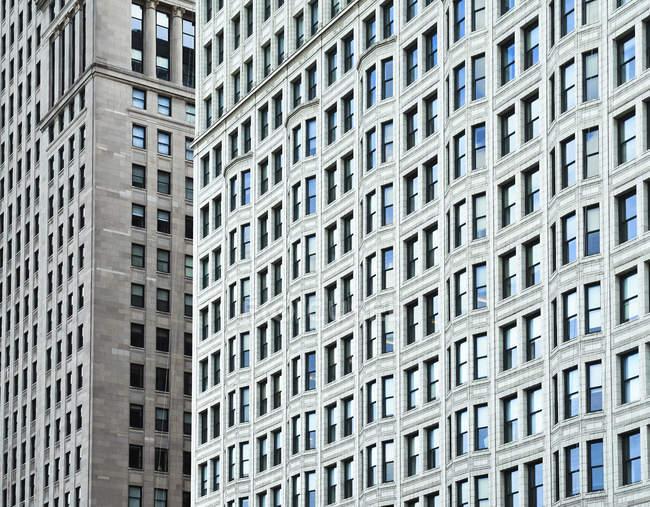 USA, Illinois, Chicago, gratte-ciel, façades avec fenêtres pendant la journée — Photo de stock